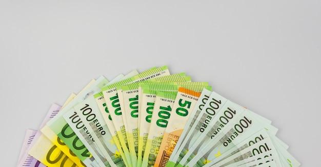 Banconote in euro di diverse denominazioni su un bianco