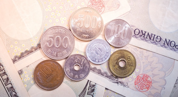 Banconote in yen giapponesi e monete in yen giapponesi per denaro