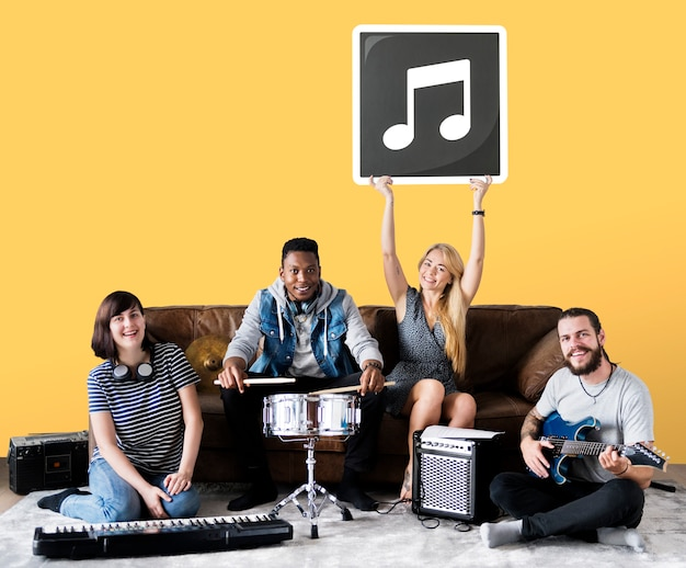 Banda di musicisti che tiene un'icona di nota musicale