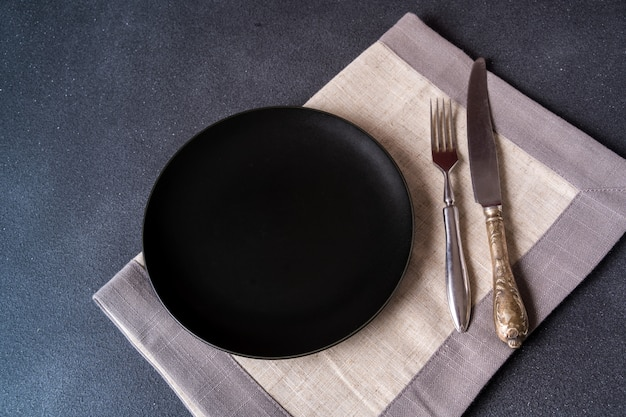 Banda nera con il tovagliolo sulla vista di pietra del piano d'appoggio. spazio per menu o ricetta.