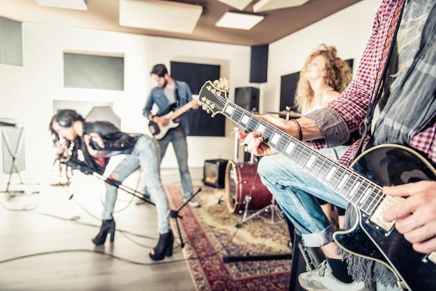 Banda rock esibendosi in studio di registrazione
