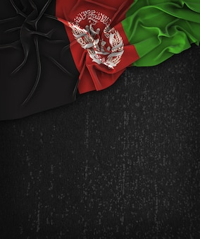 Bandiera afganistan vintage su una lavagna nera grunge con spazio per il testo