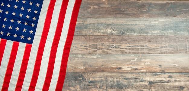 Bandiera americana che si trova su una superficie di legno rustica invecchiata e stagionata