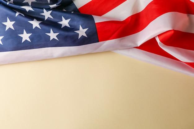 Bandiera americana come cornice sulla superficie beige