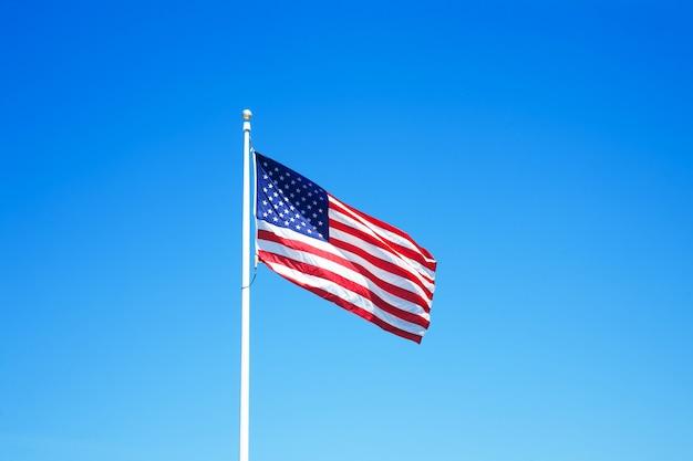 Bandiera americana con cielo blu per il memorial day o il 4 luglio.