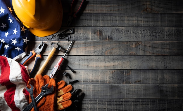 Bandiera americana con diversi strumenti di costruzione per il concetto di festa del lavoro