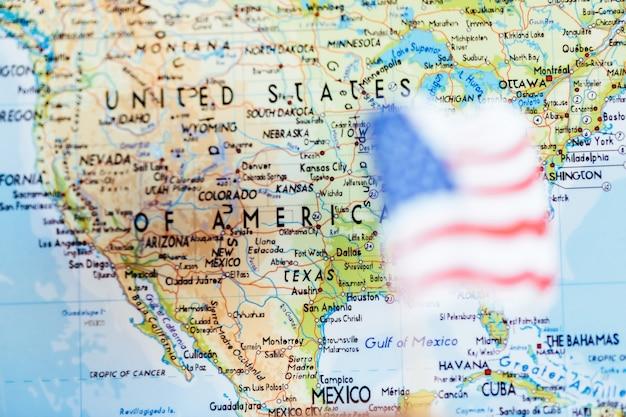 Bandiera americana con sfondo mappa stati uniti d'america
