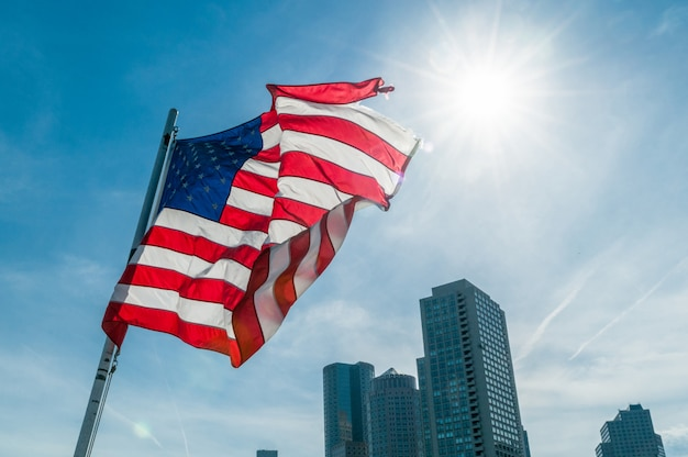 Bandiera americana contro il cielo blu brillante