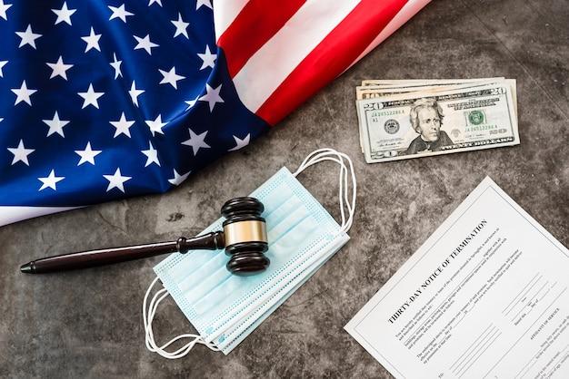 Bandiera americana e documenti che avvisano gli inquilini di sfratto per mancato pagamento dell'affitto.