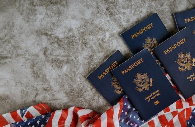 Bandiera americana e passaporti su fondo con copyspace