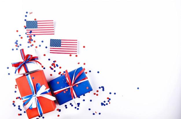 Bandiera americana e scatole regalo rosso, blu e bianco
