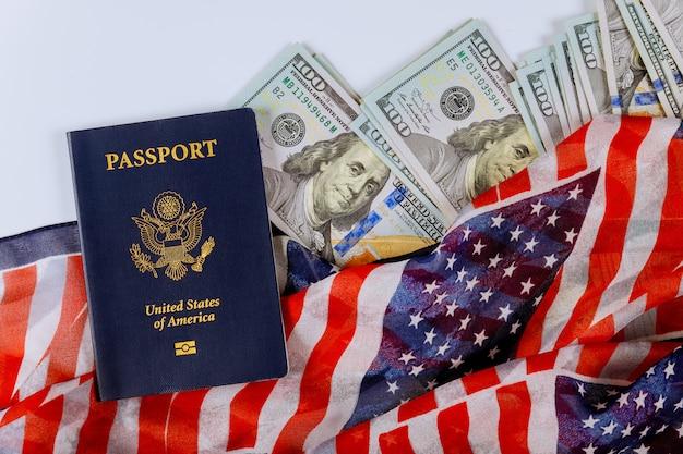 Bandiera americana in cima alle banconote in dollari americani in diverse posizioni e passaporti degli stati uniti