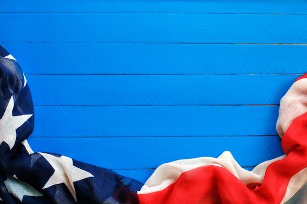 Bandiera americana su sfondo blu
