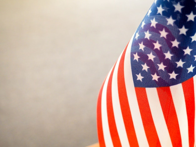 Bandiera americana sul tavolo, in parte sovraesposta e sfocata, l'indipendenza dell'america, la grande potenza usa
