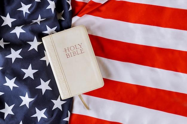 Bandiera americana una preghiera per l'america nella sacra bibbia sopra la bandiera