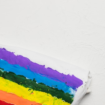 Bandiera arcobaleno disegnata su un panno bianco
