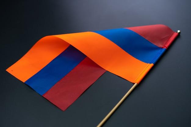 Bandiera armena su un muro nero