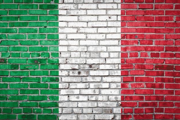 Bandiera bandiera sul muro di mattoni.