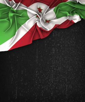 Bandiera burundi vintage su una lavagna nera grunge con spazio per il testo
