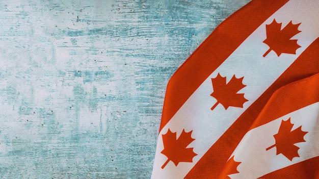 Bandiera canadese con la parola agosto festivo lungo weekend festivo