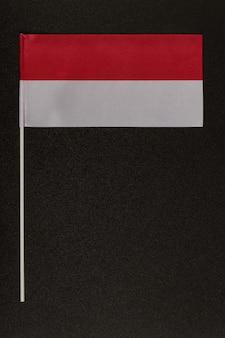 Bandiera da tavolo della polonia su uno sfondo nero