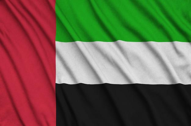 Bandiera degli emirati arabi uniti con molte pieghe.