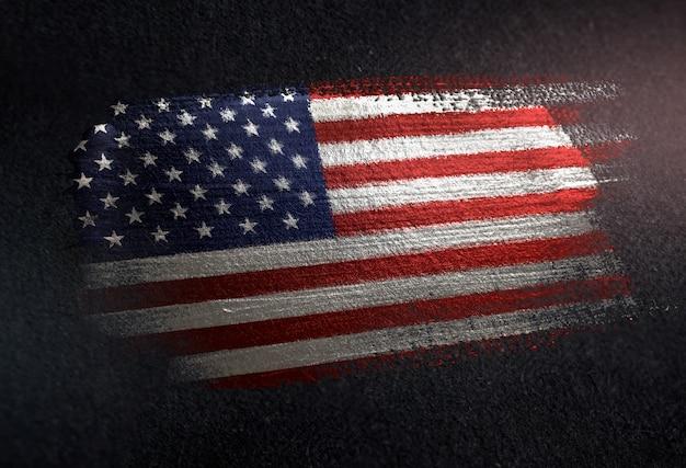 Bandiera degli stati uniti d'america fatta di vernice spazzola metallica sulla parete scura del grunge