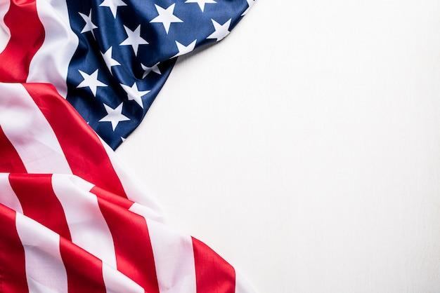 Bandiera degli stati uniti d'america su bianco