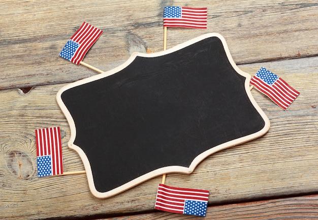 Bandiera degli stati uniti d'america su fondo in legno. festa degli stati uniti per i veterani, il memoriale, l'indipendenza e la festa del lavoro.