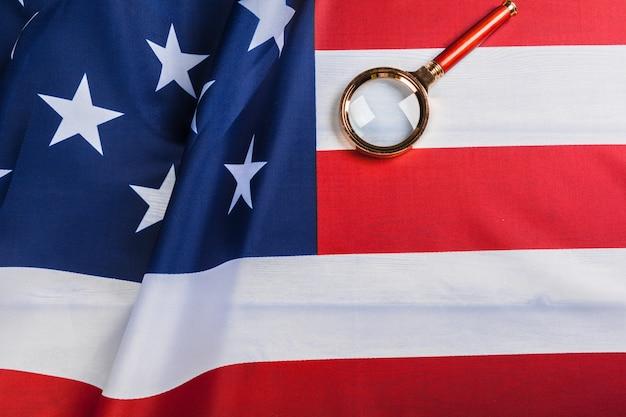 Bandiera degli stati uniti e una lente d'ingrandimento