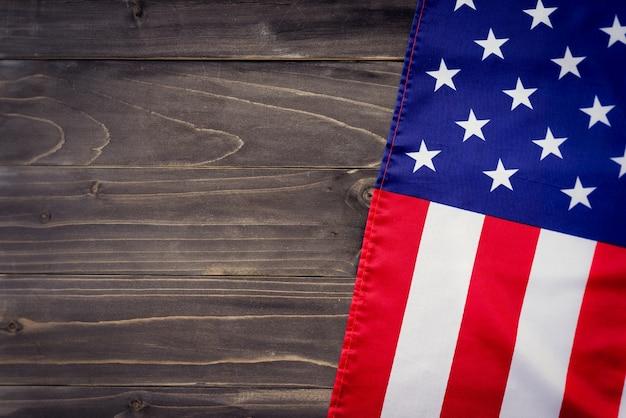 Bandiera degli stati uniti su sfondo di parete di legno e trama con spazio