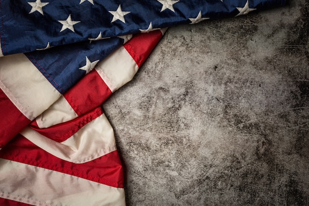 Bandiera degli stati uniti su sfondo nero.