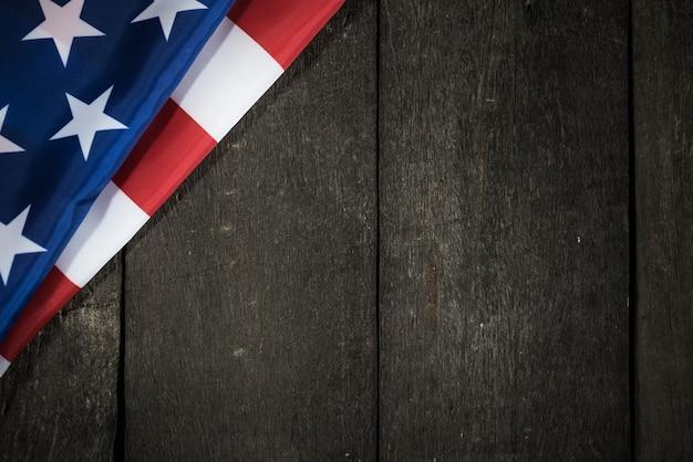 Bandiera degli stati uniti su uno sfondo di legno per il memorial day o il giorno dell'indipendenza