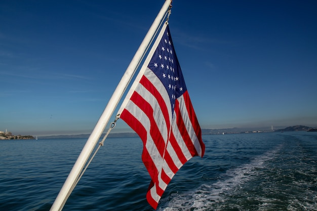 Bandiera degli stati uniti sul mare a san francisco, usa