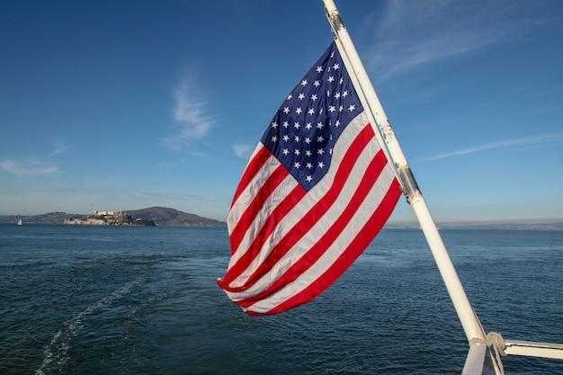Bandiera degli stati uniti sul mare a san francisco