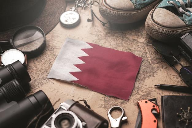 Bandiera del bahrain tra gli accessori del viaggiatore sulla vecchia mappa vintage. concetto di destinazione turistica.