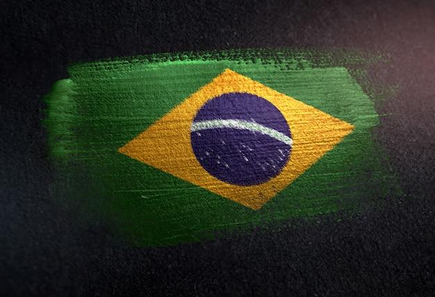 Bandiera del brasile fatta di vernice pennello metallico sulla parete scura del grunge