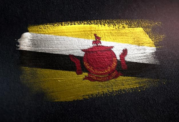 Bandiera del brunei fatta di vernice pennello metallico sulla parete scura del grunge