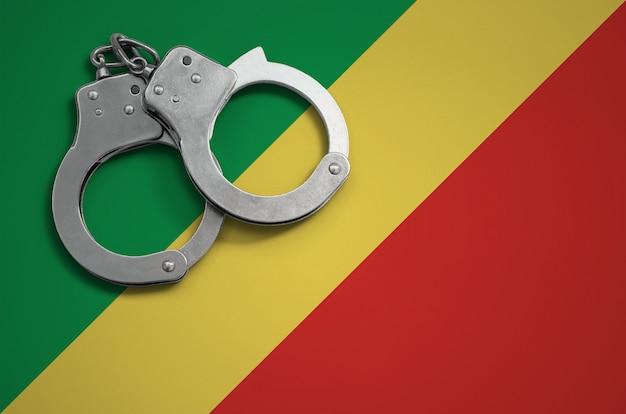 Bandiera del congo e manette della polizia. il concetto di criminalità e reati nel paese