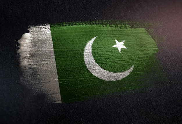 Bandiera del pakistan fatta di vernice pennello metallico sulla parete scura del grunge