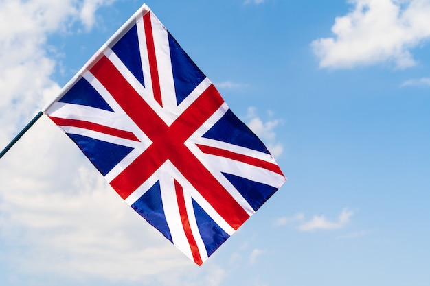 Bandiera del regno unito che ondeggia sul vento in cielo blu