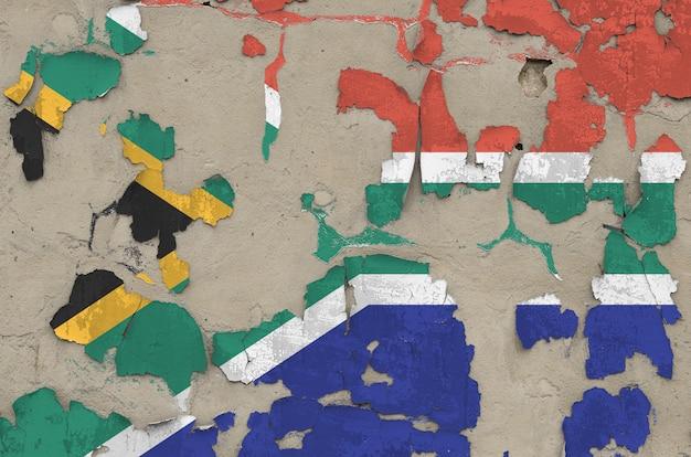 Bandiera del sudafrica raffigurata nei colori della vernice sul vecchio primo piano sudicio disordinato obsoleto del muro di cemento. banner con texture su sfondo ruvido