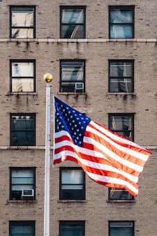Bandiera dell'america che vola nel vento