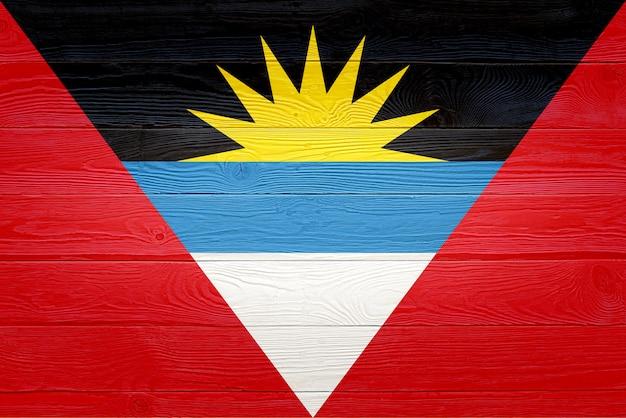 Bandiera dell'antigua e barbuda dipinta sul vecchio fondo di legno della plancia