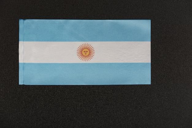 Bandiera dell'argentina su sfondo nero