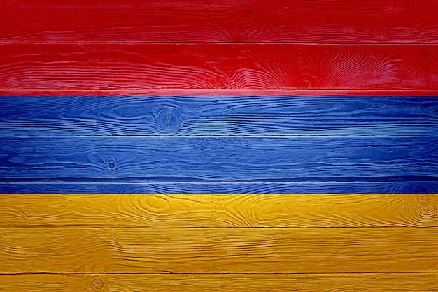 Bandiera dell'armenia dipinta sul vecchio fondo di legno della plancia