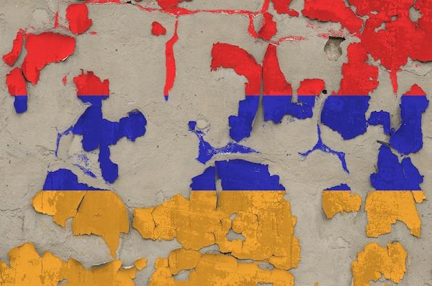 Bandiera dell'armenia rappresentata nei colori della pittura sul vecchio primo piano sudicio obsoleto del muro di cemento. banner con texture su sfondo ruvido