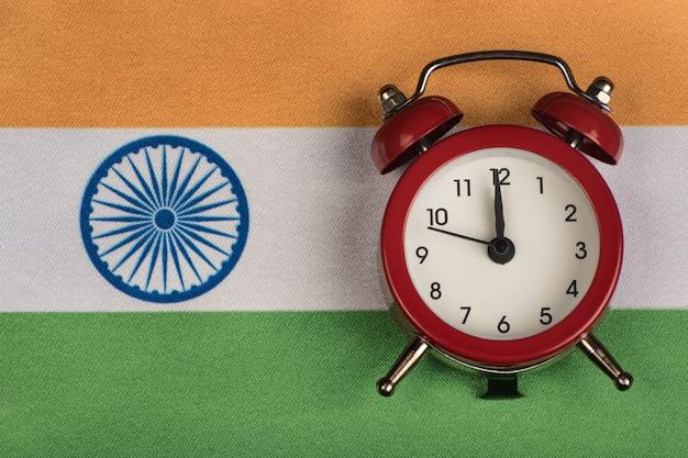 Bandiera dell'india e la vecchia sveglia