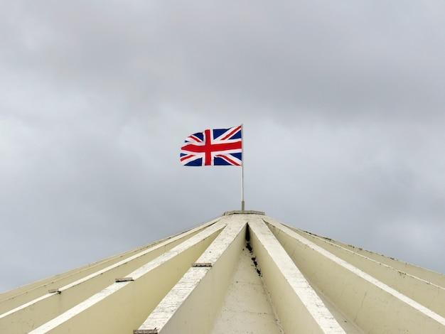 Bandiera dell'inghilterra galleggiante su un tetto di costruzione
