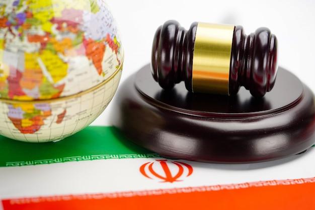 Bandiera dell'iran e martello del giudice con la mappa del mondo globo.